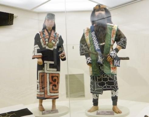 Ainu man and woman (640x505)